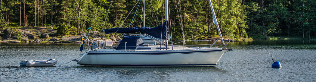 Båt vid blå sxk boj